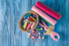 установленные тесемки катушк предпосылки multicolor шить Аксессуары для needlework на деревянном backgrou Стоковое Фото