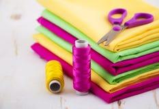 установленные тесемки катушк предпосылки multicolor шить Стоковые Изображения