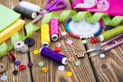 установленные тесемки катушк предпосылки multicolor шить Стоковые Изображения RF