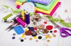 установленные тесемки катушк предпосылки multicolor шить Стоковая Фотография RF