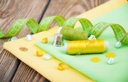 установленные тесемки катушк предпосылки multicolor шить Стоковые Фото
