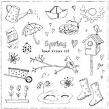 Установленные doodles весны Вручите вычерченные цветки, коты, птиц, яичка, аппаратуры, ботинки, облака, бабочек иллюстрация вектора