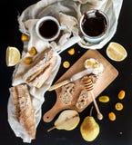 Установленный завтрак: бак или cezve кофе, чашки дальше Стоковое Изображение
