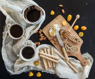 Установленный завтрак: бак или cezve кофе, чашки дальше Стоковое фото RF