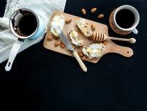 Установленный завтрак: бак или cezve кофе, чашки Стоковая Фотография