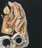 Установленный завтрак: бак (cezve) кофе, чашки на полотенце кухни Стоковые Фото