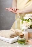 Установленный курорт: бутылка эфирного масла, мягких полотенец, бара естественного, h Стоковое фото RF