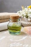 Установленный курорт: бутылка эфирного масла, мягких полотенец, куска мыла Стоковая Фотография