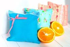 Установленными декоративными саше и апельсины надушенные подушками Стоковые Изображения RF