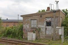 устарелая железнодорожная лачуга стоковое фото
