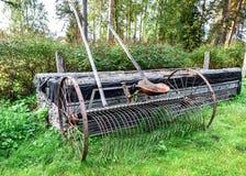 Устарелая модельная грабл сена Заржаветая старая сельско-хозяйственная техника стоковые фото