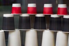 Устранимые бумажные стаканчики в витрине кафа кофе идет к Красный цвет, черно-белые экологические чашки различных размеров и форм Стоковое фото RF