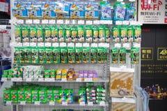 Устранимые камеры и фильм в магазине камеры Стоковая Фотография RF