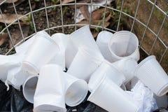 Устранимые пластичные чашки на открытом контейнере Стоковое Изображение RF