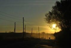 Устрашайте и выследите на villagestreet на заходе солнца стоковое изображение