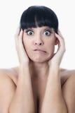 Устрашенная вспугнутая тревоженая confused молодая женщина Стоковая Фотография