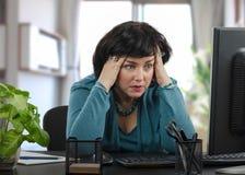 Устрашенная женщина читает поддельные новости стоковая фотография rf