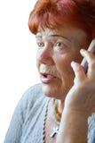 Устрашенная старшая женщина с мобильным телефоном Стоковое Изображение RF