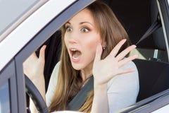 Устрашенный молодой взгляд женщины водителя автомобиля прямо Стоковые Фото