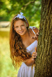 Устрашенный подростковый смотреть прищурясь от заднего дерева Стоковые Изображения RF