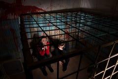 2 устрашенных жертвы хеллоуина в клетке металла Стоковое фото RF