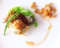 Устрицы морепродукты Это сырое мясо устриц Послуженный на льде, овощи, пряный соус, Leucaena, шалоты стоковые фотографии rf