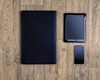 Устройства на деревянной предпосылке, взгляд сверху, компьтер-книжке, smartphone, таблетке Стоковые Изображения