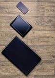 Устройства на деревянной предпосылке, взгляд сверху, компьтер-книжке, smartphone, таблетке Стоковое Изображение