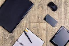 Устройства на деревянной предпосылке, взгляд сверху, компьтер-книжке, smartphone, таблетке, ручке Стоковые Фотографии RF