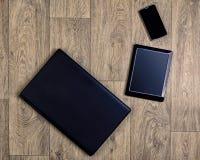 Устройства на деревянной предпосылке, взгляд сверху, компьтер-книжке, smartphone, таблетке Стоковая Фотография RF