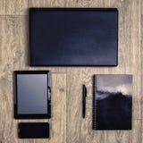 Устройства на деревянной предпосылке, взгляд сверху, компьтер-книжке, smartphone, таблетке, ручке Стоковая Фотография