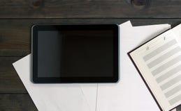 Устройства на деревянном столе Документы таблетки компьютера Стоковые Фотографии RF