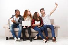 Устройства, selfie, друзья имея потеху совместно стоковые изображения rf