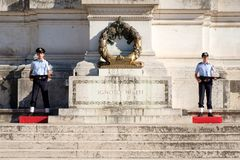 Усыпальница к неизвестному солдату на национальном монументе Vittorio Emanuele II в Риме Стоковая Фотография RF