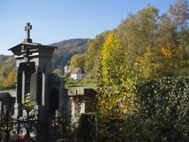 Усыпальница свода семьи в кладбище деревни с взглядом на landsc осени Стоковое Изображение RF