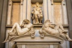 Усыпальница Giuliano de Medici и ` ` скульптур днем и ночью стоковые изображения rf