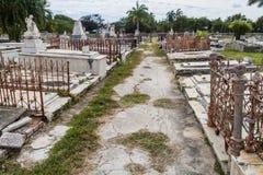 Усыпальницы на кладбище Reina Ла Cementerio в Cienfuegos, Кубе Cemtery было повреждено hurrican стоковое фото rf