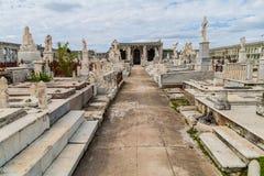 Усыпальницы на кладбище Reina Ла Cementerio в Cienfuegos, Кубе Cemtery было повреждено hurrican стоковое изображение rf