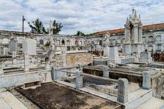Усыпальницы на кладбище Reina Ла Cementerio в Cienfuegos, Кубе Cemtery было повреждено hurrican стоковая фотография rf