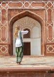 усыпальница humayun s черный общий режим человека delhi Индии едет желтый цвет tuk перевозки 3 урбанский, котор катят Стоковая Фотография