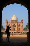 Усыпальница Safdarjung увиденная от главного ворот с silhouetted perso Стоковые Изображения