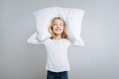 Услаженная милая подушка holdign девушки Стоковые Фото