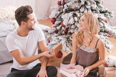 Услаженная очаровательная женщина получая подарки рождества Стоковое Изображение RF