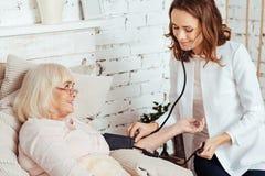 Услаженное кровяное давление медсестры измеряя Стоковые Изображения RF