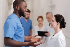 Услаженные коллеги деля новости в больнице Стоковое Изображение