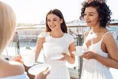 Услаженные молодые женщины наслаждаясь их временем совместно Стоковое фото RF