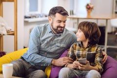 Услаженный бородатый человек обнимая его сына Стоковые Фото