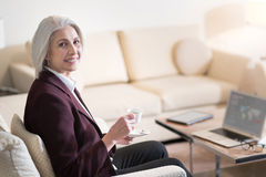 Услаженный кофе коммерсантки выпивая в гостинице Стоковое Изображение