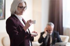 Услаженный кофе коммерсантки выпивая в офисе Стоковые Фотографии RF