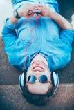 Услаженный человек smilig слушая к музыке Стоковые Изображения